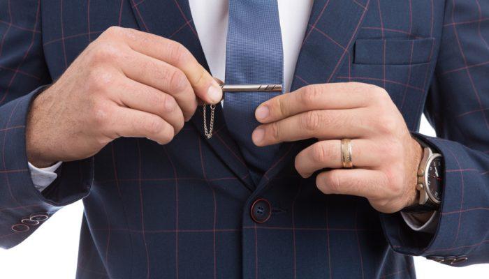 faut-il-porter-une-pince-a-cravate